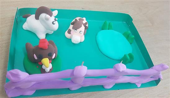 在课堂上,老师给我们分了很多彩泥,教我们diy可爱的小动物,瞧,我的