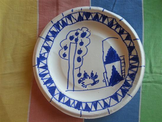 这是我利用一次性餐具绘画制作的青花瓷盘子,不错吧[嘻嘻]